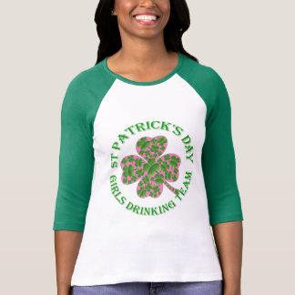 Chicas del día de St Patrick que beben al equipo Camiseta