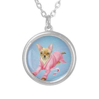 Chihuahua en collar redondo del perro de la