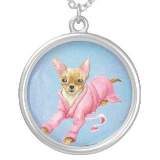 Chihuahua en un collar redondo grande del perro de