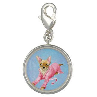 Chihuahua en un encanto redondo del perro de la dijes
