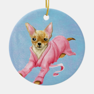 Chihuahua en un ornamento del perro de la albornoz