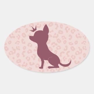 Chihuahua majestuosa en estampado leopardo rosado pegatina ovalada