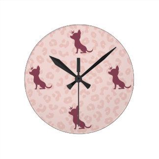 Chihuahua majestuosa en estampado leopardo rosado reloj redondo mediano