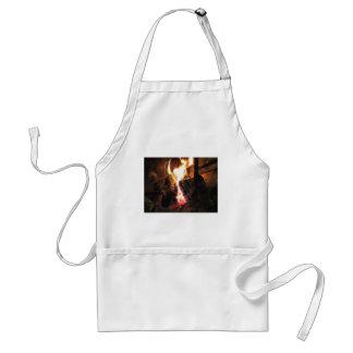 Chimenea ardiente con las llamas del fuego delantal