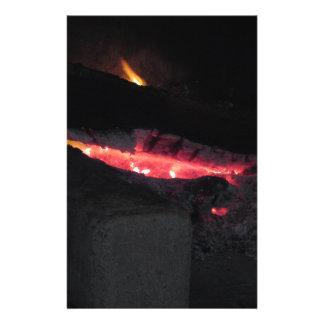 Chimenea ardiente con las llamas del fuego en papelería