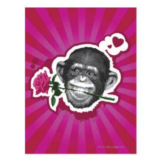 Chimpancé con un color de rosa en su boca postal