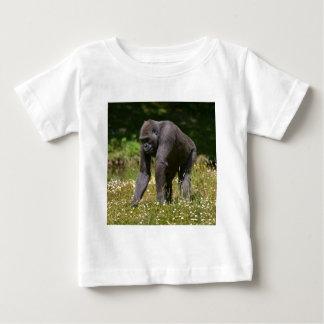 Chimpancé en la hierba floreciente camiseta de bebé