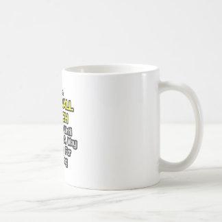 Chiste del entrenador de fútbol. Bebida para una v Tazas De Café