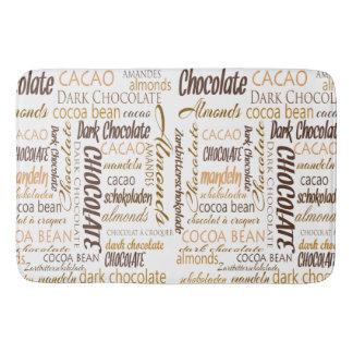 Chocolate, almendras y diseño oscuro del texto del