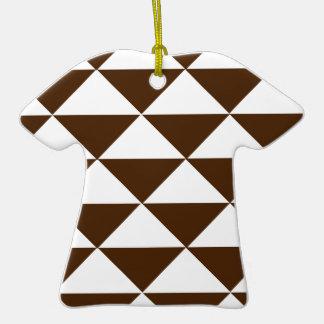Chocolate oscuro y triángulos blancos adorno de cerámica en forma de camiseta