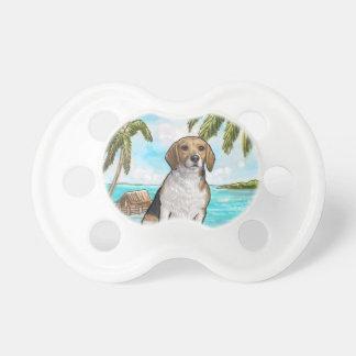 Chupete Beagle en la playa tropical de las vacaciones