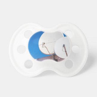 Chupete Dos antenas parabólicas blancas en la pared de la