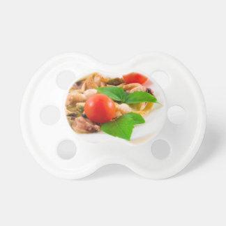 Chupete Ensalada de pedazos blanqueados de mariscos en una