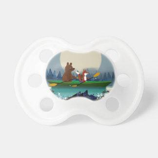 Chupete Oso lindo y Fox kayaking en un río salvaje del