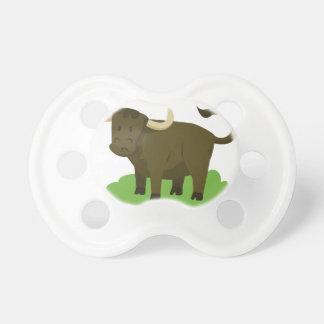 Chupete vaca en la hierba