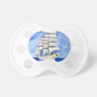 Chupete velero blanco en el mar azul