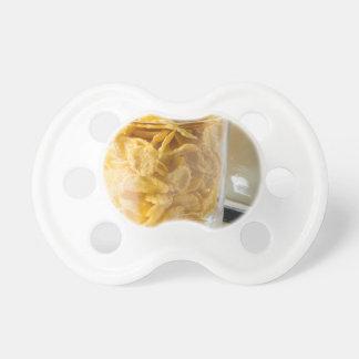 Chupete Vidrio de cereal seco y un vidrio de leche