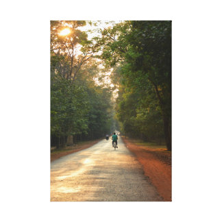 Ciclistas en el camino enselvado impresion de lienzo