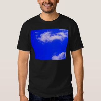 Cielo azul claro y nubes blancas camiseta