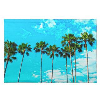 Cielo azul de las palmeras tropicales frescas salvamanteles