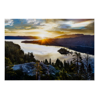Cielo brillante en la bahía esmeralda el lago póster