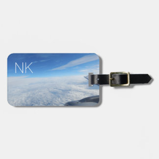 cielo nublado azul con el monograma etiqueta para maletas