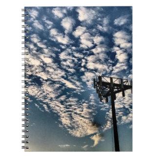 Cielos azules con las nubes dispersadas - HDR Cuaderno