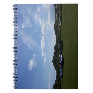 Cielos azules sobre el cuaderno del sitio para