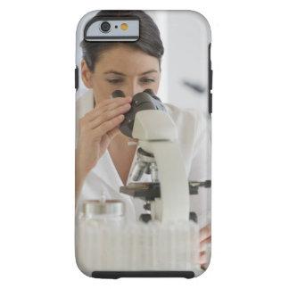 Científico que usa el microscopio en farmacéutico funda de iPhone 6 tough