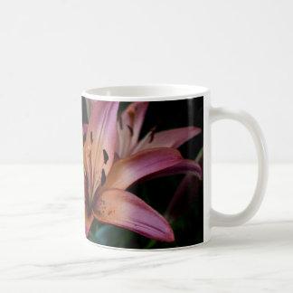 Cierre rosado y anaranjado del lirio para arriba taza de café