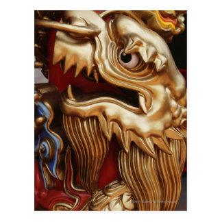 Ciérrese para arriba de dragón del oro en pilar postal