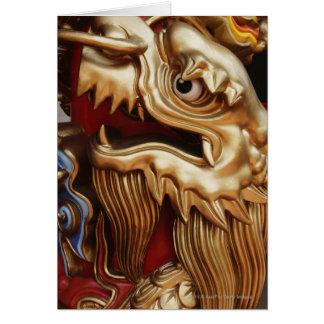 Ciérrese para arriba de dragón del oro en pilar tarjeta de felicitación