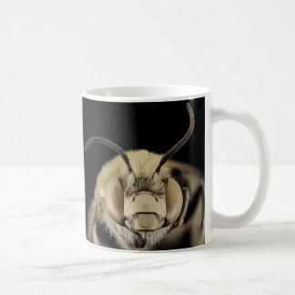 ¡Ciérrese para arriba de la cara de una abeja! Taza De Café