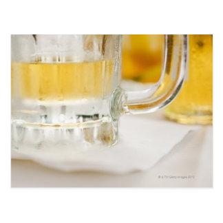 Ciérrese para arriba de la cerveza en vidrio postal