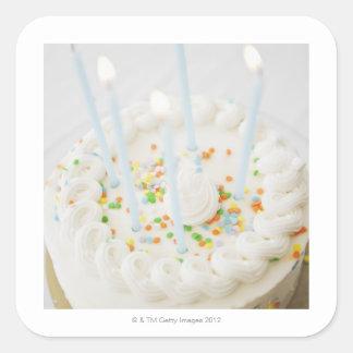 Ciérrese para arriba de la torta de cumpleaños con pegatina cuadrada