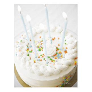 Ciérrese para arriba de la torta de cumpleaños con postal
