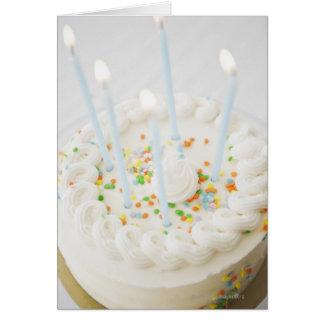 Ciérrese para arriba de la torta de cumpleaños con tarjeta de felicitación