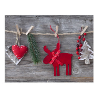 Ciervos y decoración de madera del navidad en la postal