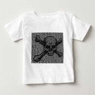 Cifre el cráneo y el concepto de la piratería de camiseta de bebé