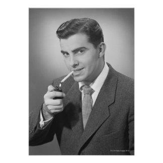Cigarrillo de la iluminación del hombre anuncios