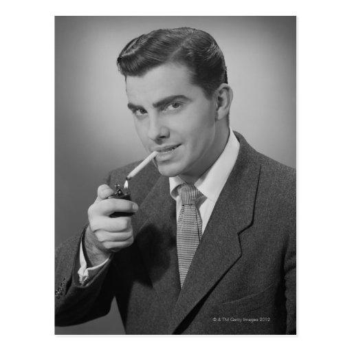 Cigarrillo de la iluminación del hombre tarjetas postales