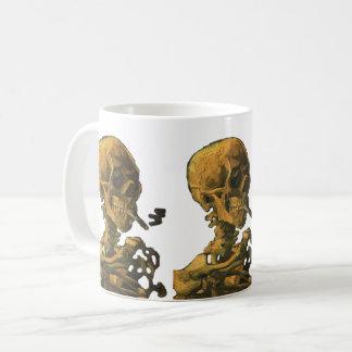 Cigarrillo que fuma del cráneo taza de café