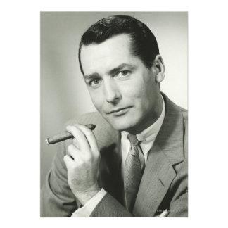 Cigarro que fuma del hombre de negocios comunicado personalizado