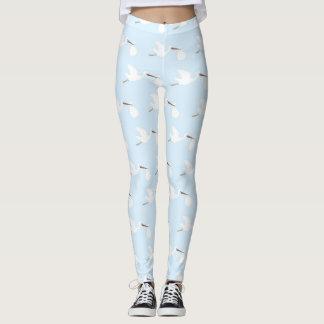 Cigüeña azul y blanca que intenta concebir las leggings