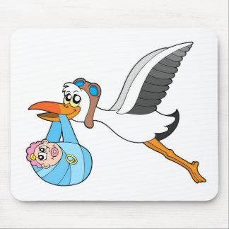 Cigüeña del vuelo que entrega al bebé alfombrilla de ratón
