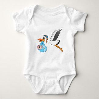 Cigüeña del vuelo que entrega al bebé camisetas