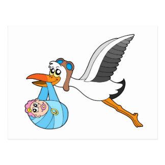 Cigüeña del vuelo que entrega al bebé postal