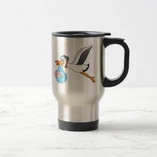 Cigüeña del vuelo que entrega al bebé taza de café
