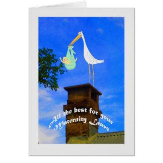Cigüeña y bebé del permiso por maternidad en la tarjeta de felicitación