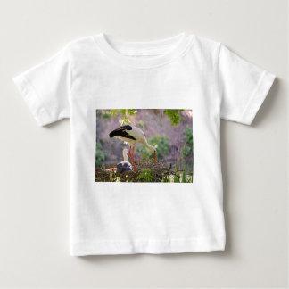 Cigüeñas blancas en su jerarquía camiseta de bebé